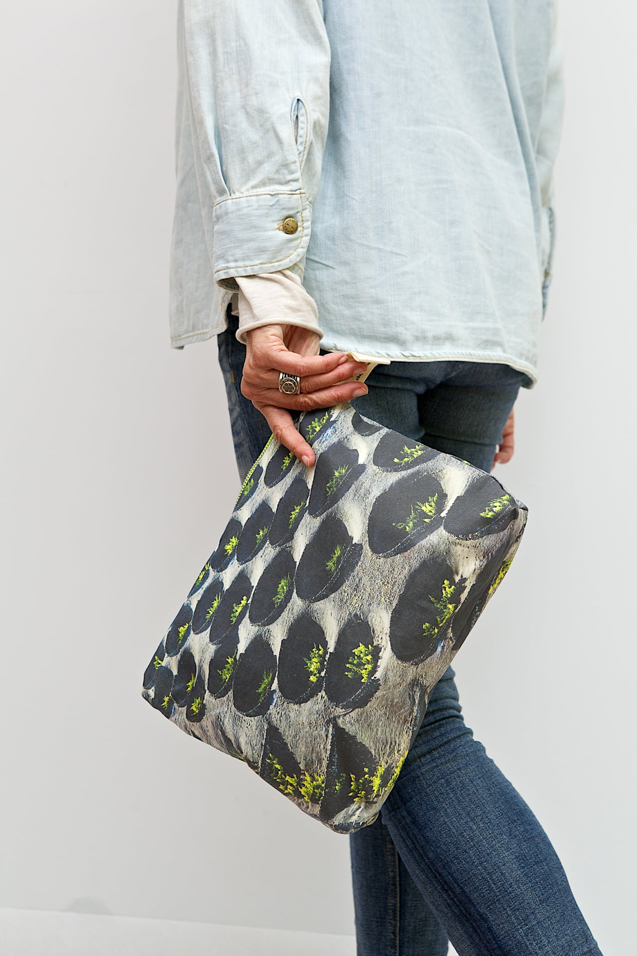 Vines-in-la-Geria-model-pouch