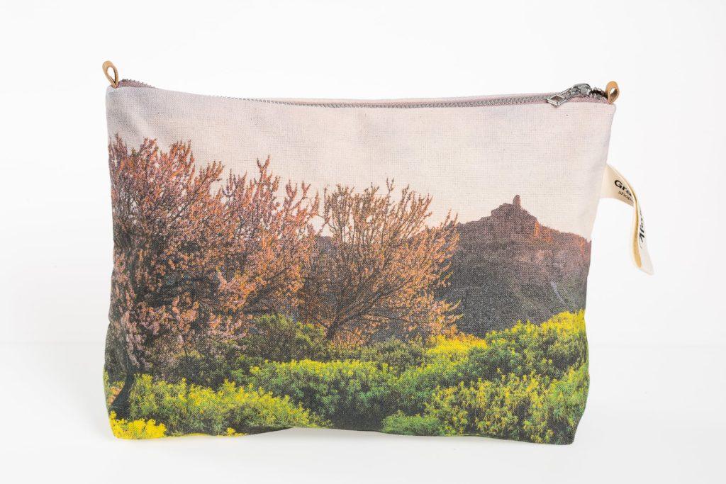 Almendros en flor en el Roque Nublo frontal pouch