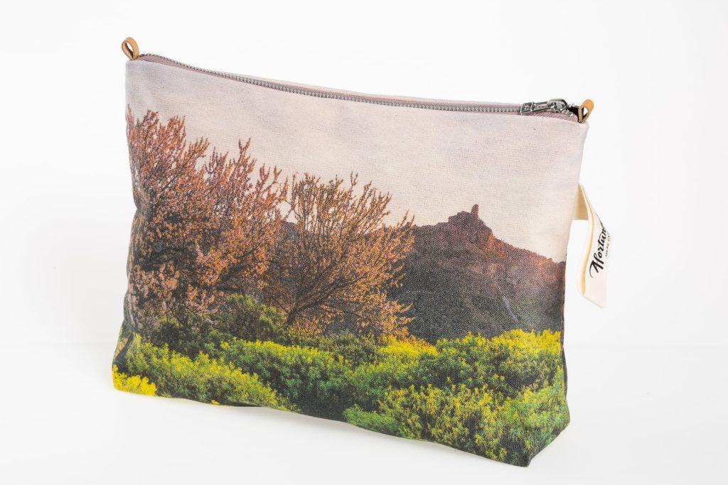 Almendros en flor en el Roque Nublo lateral pouch